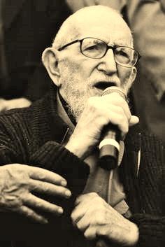 L'abbé Pierre, grand activiste social, et fondateur du mouvement Emamüs.